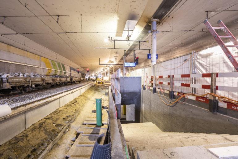 Zukunftsmusik: Auf Perron Gleis 12/13 ist bereits die Treppe in die künftige Unterführung zu sehen.