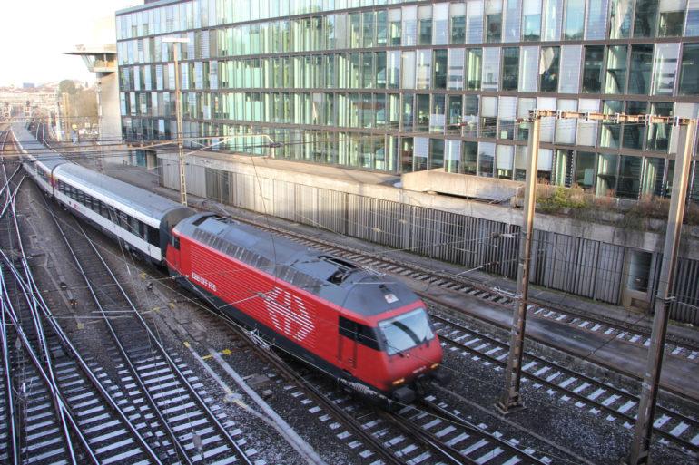 Ein Zug fährt über die Weichen vor dem Berner Bollwerk, auf der Ostseite des Bahnhofes Bern