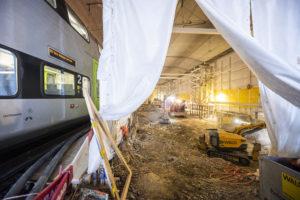 Blick hinter die Lärmschutzwand auf die Bauarbeiten zur neuen Unterführung